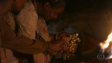 Marino entrega a Cesária o baú de joias dela
