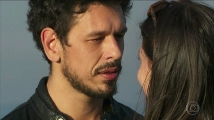Alain decide filmar a história de Julia Castelo em Rosa Branca