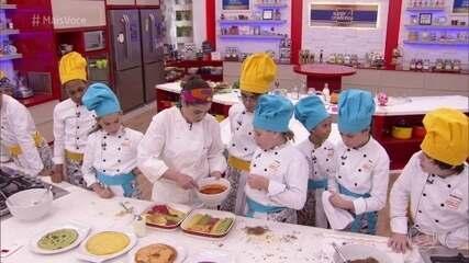 Helô Bacellar ensina crianças a fazer o recheio da panqueca