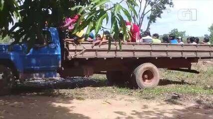 Indígenas são transportados em carroceria de caminhão