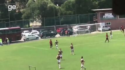 João Pedro, do Fluminense, marca o gol da vitória diante do Flamengo