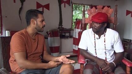 Pablo conversa com dois babalorixás sobre o candomblé