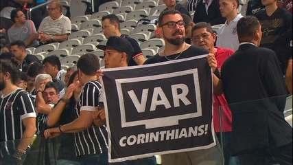 """Torcedor leva faixa irreverente para decisão da Copa do Brasil: """"VAR Corinthians"""""""