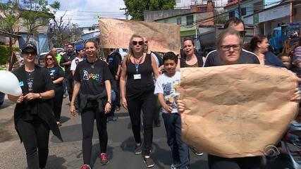 Alunos e professores protestam após educadora ser agredida em Porto Alegre
