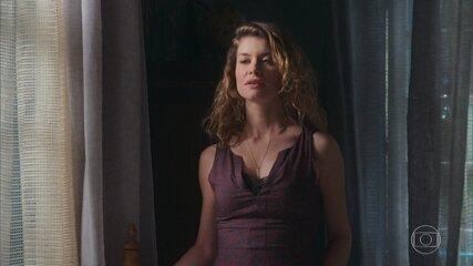 Isabel visita um dos quartos do casarão e lembra do passado