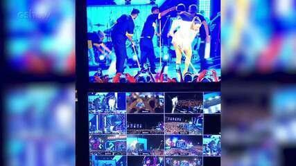 Ivete Sangalo ajuda a secar o palco da gravação do 'Show da Virada'