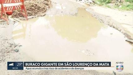 Buraco gigante vira piscina no meio da rua em São Lourenço da Mata