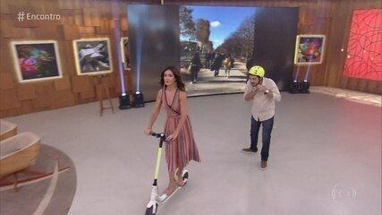 Fátima anda de patinete elétrico no estúdio