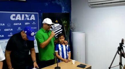 Marcelo Cabo presta homenagem a pequeno torcedor do CSA