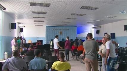 Vereadores de Cabo aprovam licença remunerada pra prefeito preso