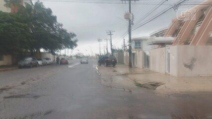 Agentes da PF saindo de uma das residências alvo da operação Cícero no Amapá