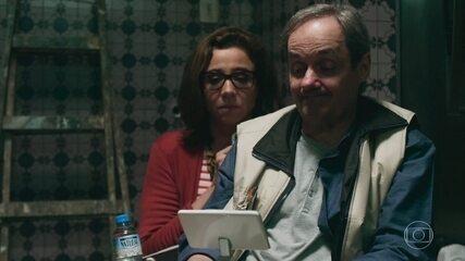 Pedro e Taís descobrem pais de Pedro no apartamento da frente