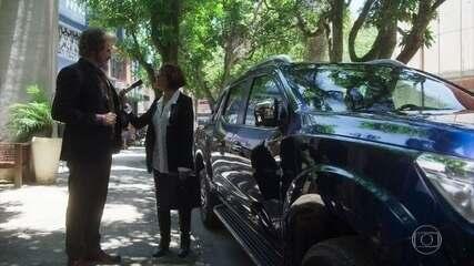 Sabino mostra seu carro novo para Carmen