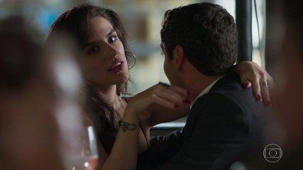 Gabi e Mauro César se beijam