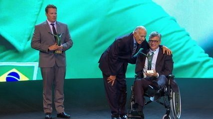 Na categoria esporte coletivo, Renan Dal Zotto conquista o troféu Bebeto de Freitas