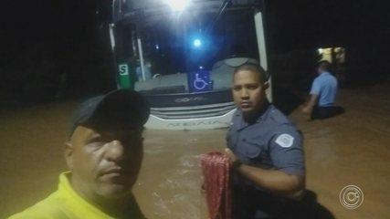 Passageiros são resgatados de ônibus ilhado durante temporal em Jarinu