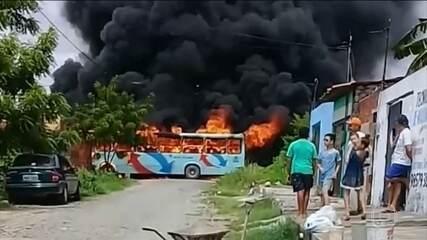 Em Fortaleza, criminosos atacaram ônibus e tentaram destruir um viaduto