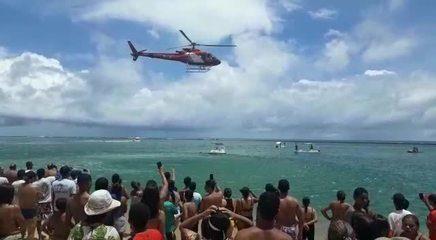 Bombeiro mergulha no mar após localizar corpo de jovem no mar da Praia do Gunga