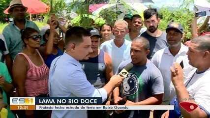 Protesto de pescadores fecha estrada de ferro em Baixo Guandu, ES
