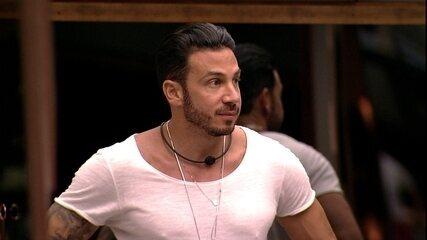 Gustavo comenta na cozinha com Vinicius e Tereza: 'Eu tô no Big Brother, que loucura'