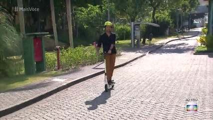Ricardo Pereira anda pelos Estúdios Globo de patinete