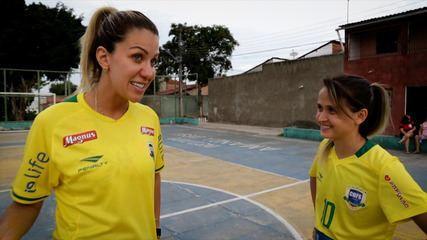 Tutorial: Amandinha ensina Bárbara Coelho os segredos para ser a melhor do mundo no futsal