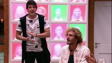 Brothers cantam 'Cheia de manias' na sala'