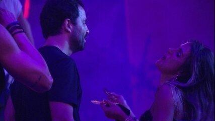 Vinicius troca carinhos com Carolina e Isabela diz: 'Eu amo vocês'