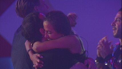 Carolina e Vinicius se abraçam na pista de dança