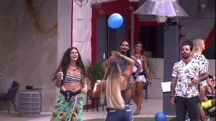 Gabriela, Hana e Hariany brincam com balões da festa