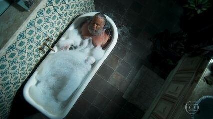 Feliciano toma banho e se prepara para a inauguração do restaurante de Tobias