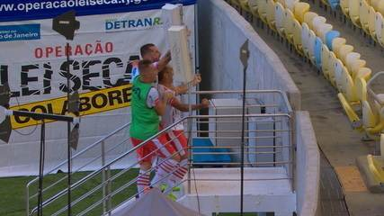 Anderson Lessa ganha no alto de Rodrigo Caio e faz o gol do Bangu