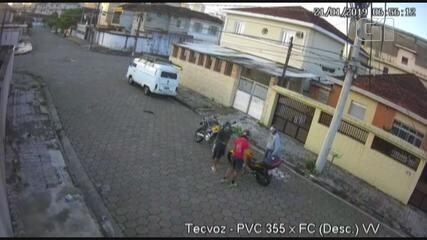 Câmera flagra criminosos roubando moto em plena luz do dia em São Vicente, SP