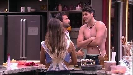 Vinícius pede beijo para Maycon e brother brinca: 'De lingua?'