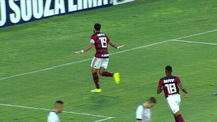 Gol do Flamengo! Arrascaeta toca para Trauco que cruza para Dourado fazer de bicicleta, aos 22 do 1º tempo