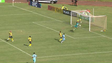 Londrina x Cascavel FC: Anderson Oliveira manda a bola no travessão, aos 27 do 1º tempo