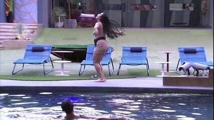 Elana dança animada e joga os cabelos ao som de 'Malandragem'