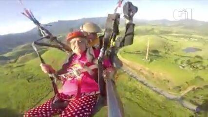 Idosa de 75 anos voa de paraglider em Santo Antônio do Pinhal