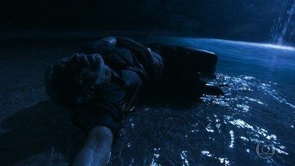 Léon consegue mergulhar na fonte e sai com sua forma humana