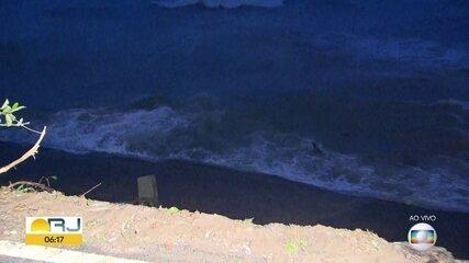 Trecho da ciclovia Tim Maia desaba após ônibus tombar durante fortes chuvas