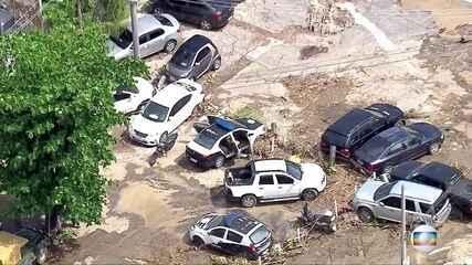Barra da Tijuca fica coberta de sujeira e lama horas após forte chuva no Rio de Janeiro