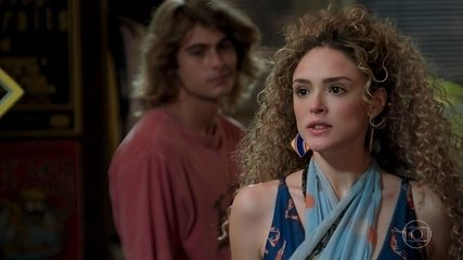 João (Rafael Vitti) tenta se explicar para Manu (Isabelle Drummond), mas a menina vai embora e eles terminam o namoro