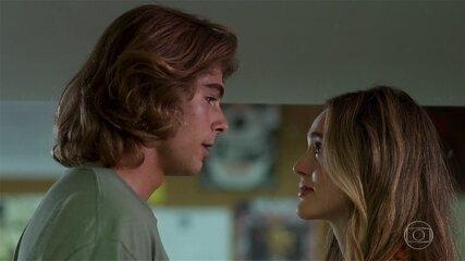 Após declaração de amor em rádio, Manuzita (Isabelle Drummond) e João (Rafael Vitti) fazem as pazes e voltam a namorar