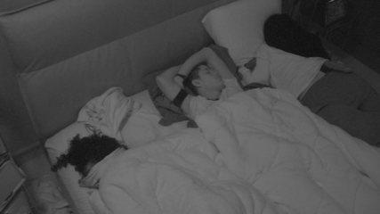 Danrley dorme entre Elana e Rízia no Quarto do Líder