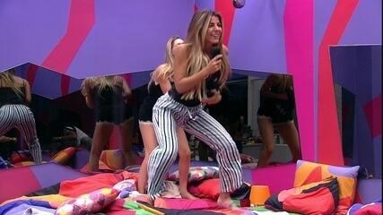 Paula, Hariany e Rízia cantam e dançam em cima da cama