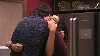 Elana abraça Maycon após indicação ao Paredão