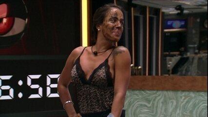 Carolina usa máscara facial e Rízia elogia: 'Você pode tudo'