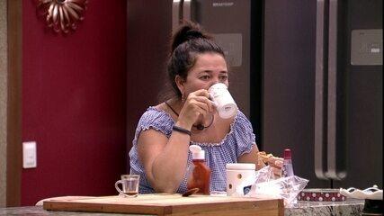 Tereza toma café sozinha na cozinha enquanto demais brothers malham