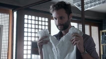 Breno mostra a Verena o vestido de noiva que comprou para ela