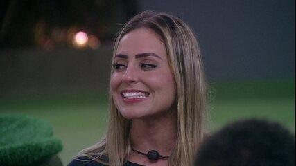 Paula pergunta se brothers já ficaram com alguém casado e Hariany diz: 'Foi sem querer'